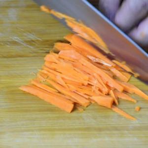 shred veggie to make spring rolls
