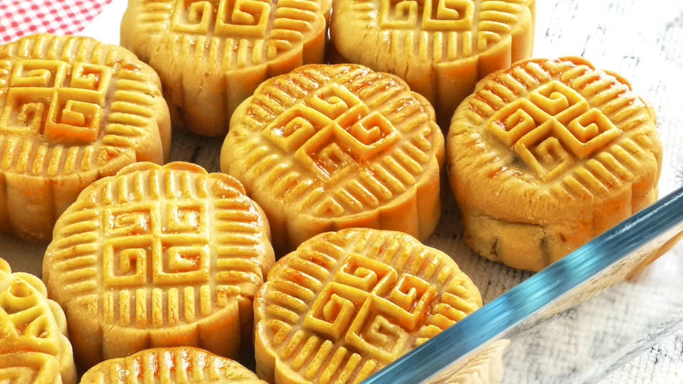 This recipe is the traditional mooncake 月餅 that is easy and straightforward. Cantonese style mini mooncake with lotus paste and salted egg yolks. Step-by-step guide on how to make it at home.