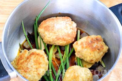 Pork meatballs - arrange meatball in the pot
