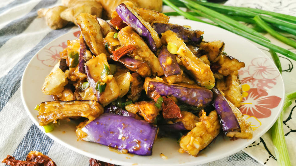 This Chinese eggplants recipe is incredibly flavorful. It soaks up all the gravy's flavor to turn an ordinary vegetable to a delightful treat. This article also shows you how to preserve its vibrant purplish color, preventing it from being too oily, and avoiding it from turning soggy.